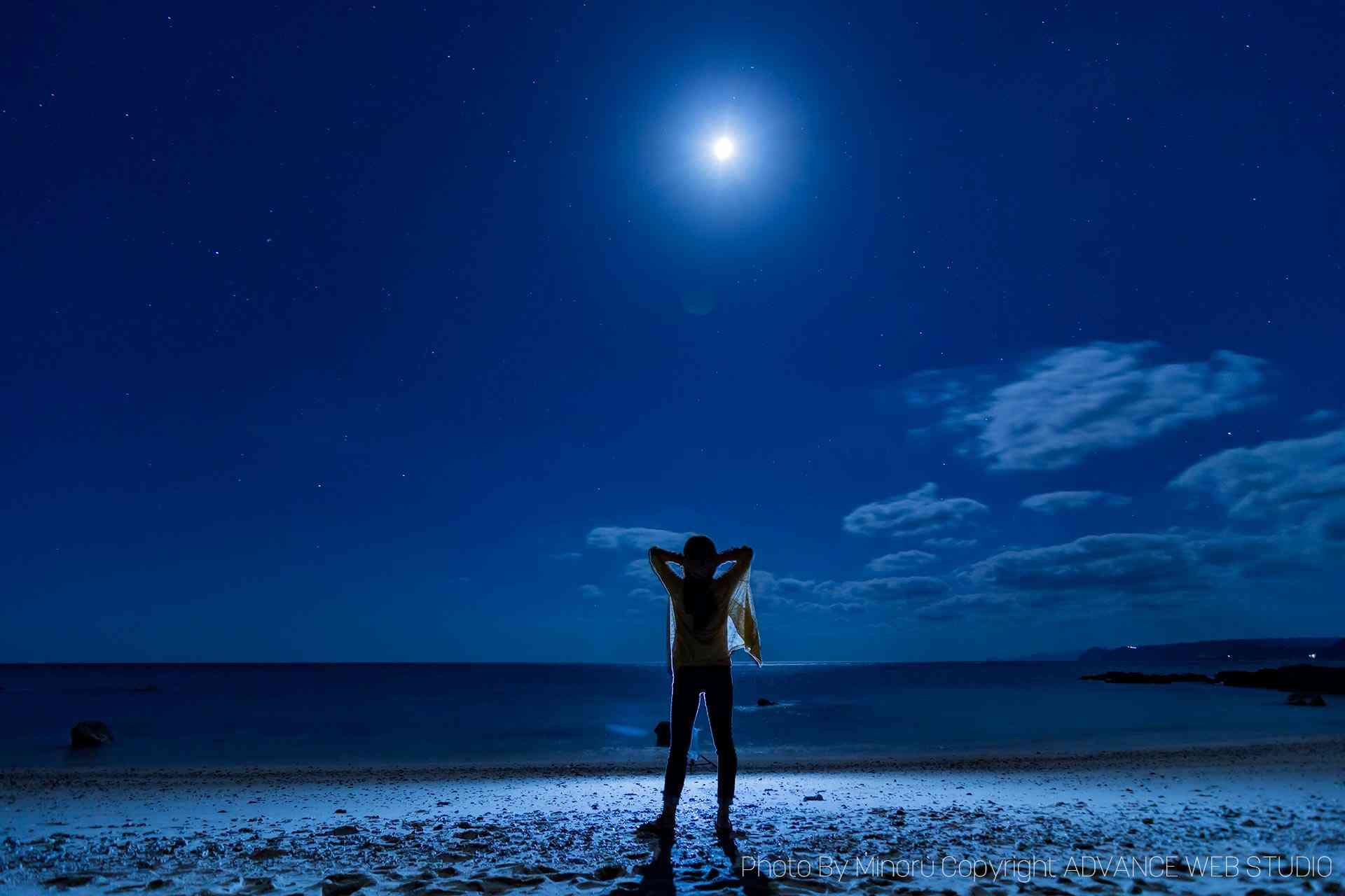 笠利町用安海岸で月光浴